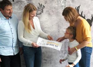 Amden předává finanční dar malé Anetce